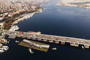 Una vista aérea muestra la obra del artista en una barcaza flotante sobre el Cuerno de Oro en Estambul, Turquía