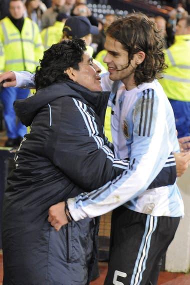 Maradona y Fernando Gago, en un amistoso frente a Escocia