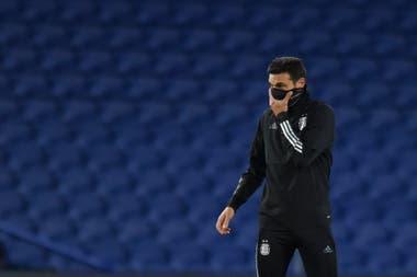 Lionel Scaloni aguarda por los futbolistas para comenzar los trabajos previo a la doble fecha de Eliminatorias sudamericanas