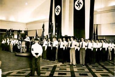 Una reunión del Partido Nazi Argentino (NASDAP) durante sus años de franco crecimiento, a mediados de la década del 30
