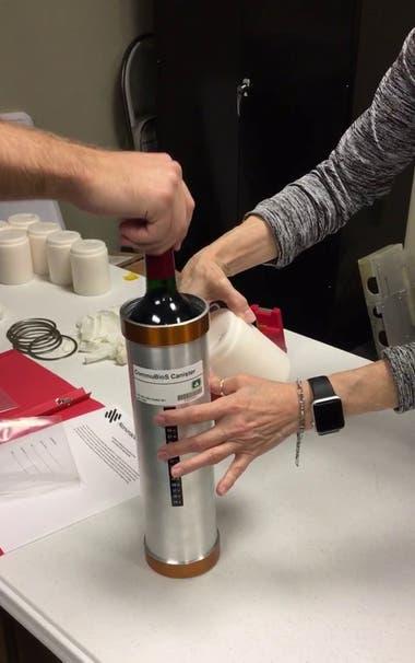 Las botellas de vino se conservaron en tubos de metal para evitar que se rompan