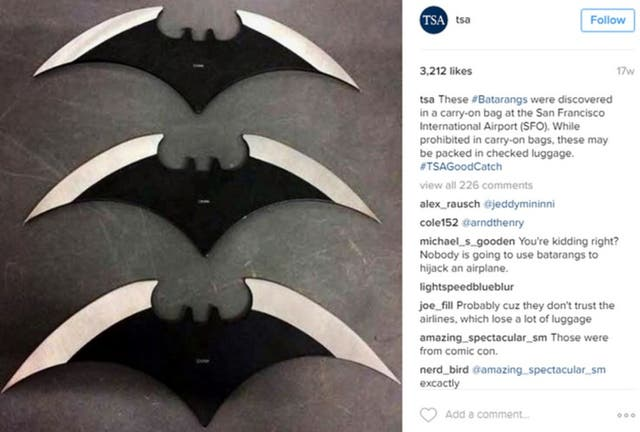 Parece que los batarangs son populares entre más de un viajero. En la imagen, tres de ellos encontrados en una bolsa en el Aeropuerto Internacional de San Francisco