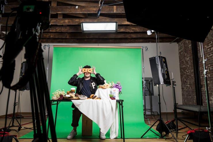 Zach Carothers, de la banda Portugal. The Man, grabando GIFs animados en Giphy Studios