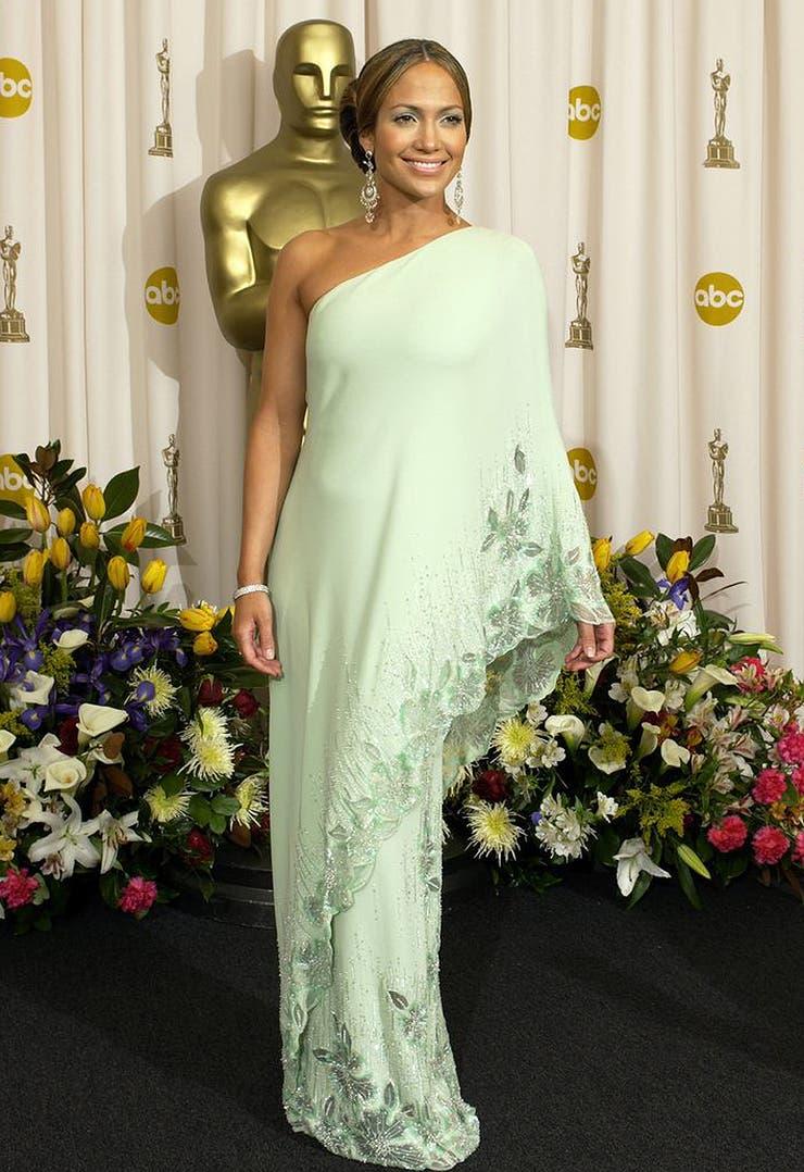 Pocos vestidos han resultado tan icónicos como el Valentino un solo hombro que llevó Jennifer López en 2003, combinado con un maquillaje, también en verde menta