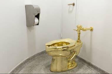 Maurizio Cattalan exhibió recientemente un inodoro dorado en el Guggenheim de Nueva York