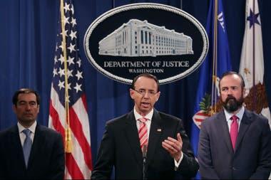 El fiscal adjunto norteamericano, Rod Rosenstein, anunció el procesamiento de 12 agentes de inteligencia rusos horas antes de la cumbre de Trump y Putin en Helsinki