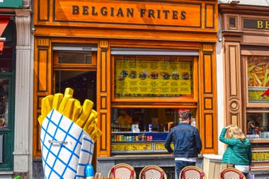 Un puesto de papas fritas en Brujas