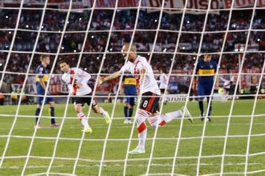 Carlos Sánchez grita su gol a Boca en mayo de 2015. Fue el último triunfo millonario en el Monumental