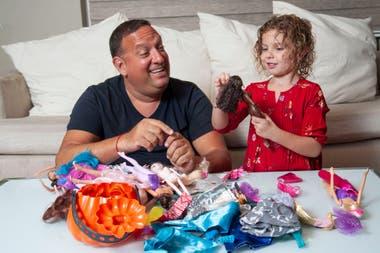 Alejandro Kilstein en pleno momento de juego con su hija Emma, de 5 años