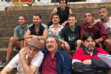 Rodrigo Mora junto al elenco de El Marginal