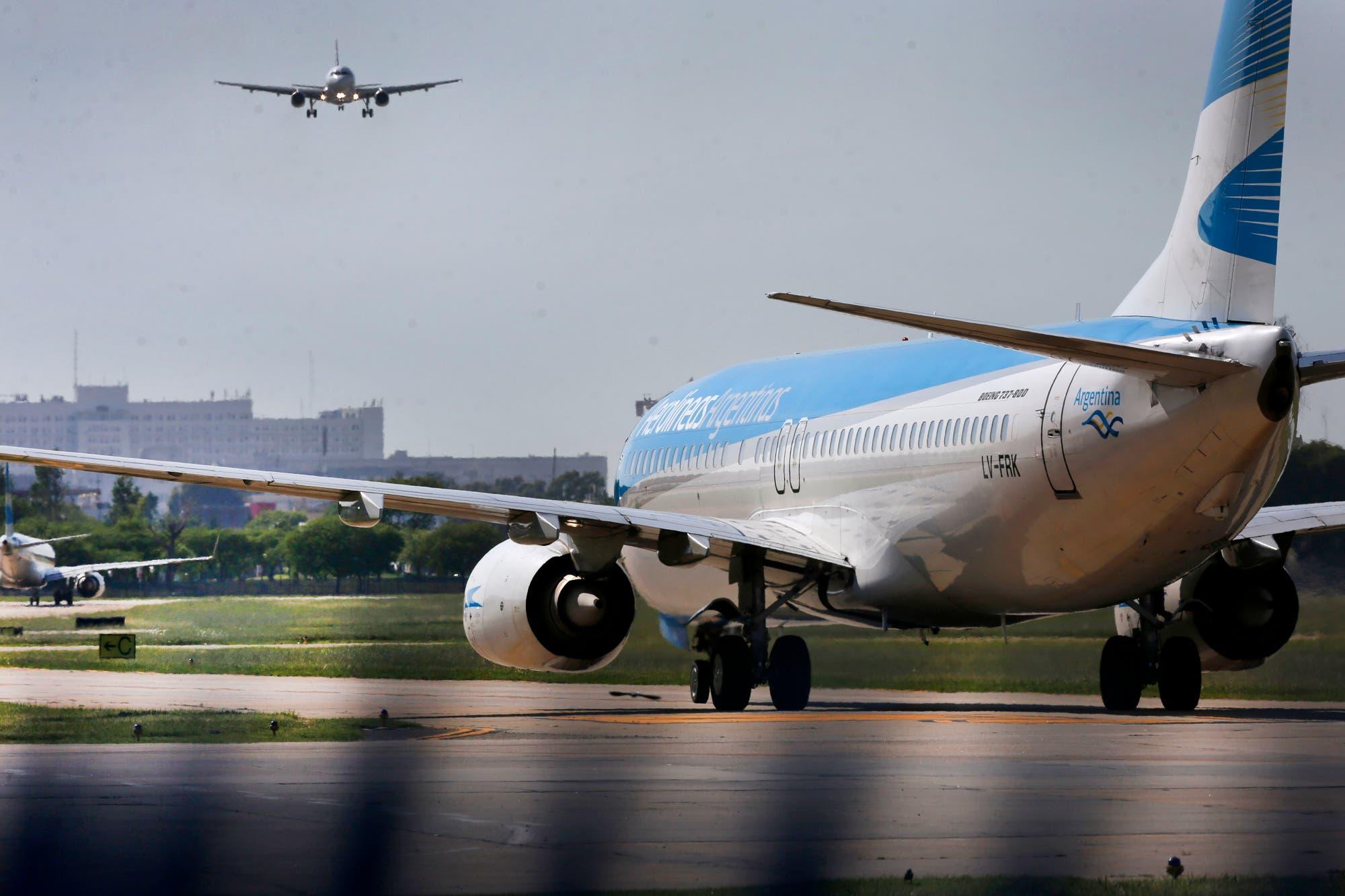 Punto por punto, quiénes pueden viajar en los vuelos de cabotaje y qué  requisitos se exigen - LA NACION