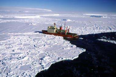 Los buques polares están construidos para navegar entre bloques de hielo pero no para romper capas gruesas del mismo, por lo que navegan en las rutas abiertas por rompehielos como el ARA Almirante Irizar