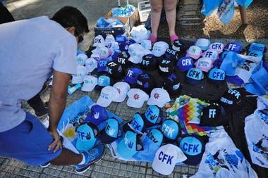 Medias, gorras, pañuelos y banderas son algunas de las cosas que se pueden comprar tanto de la Plaza de los Dos Congresos, como en Plaza de Mayo
