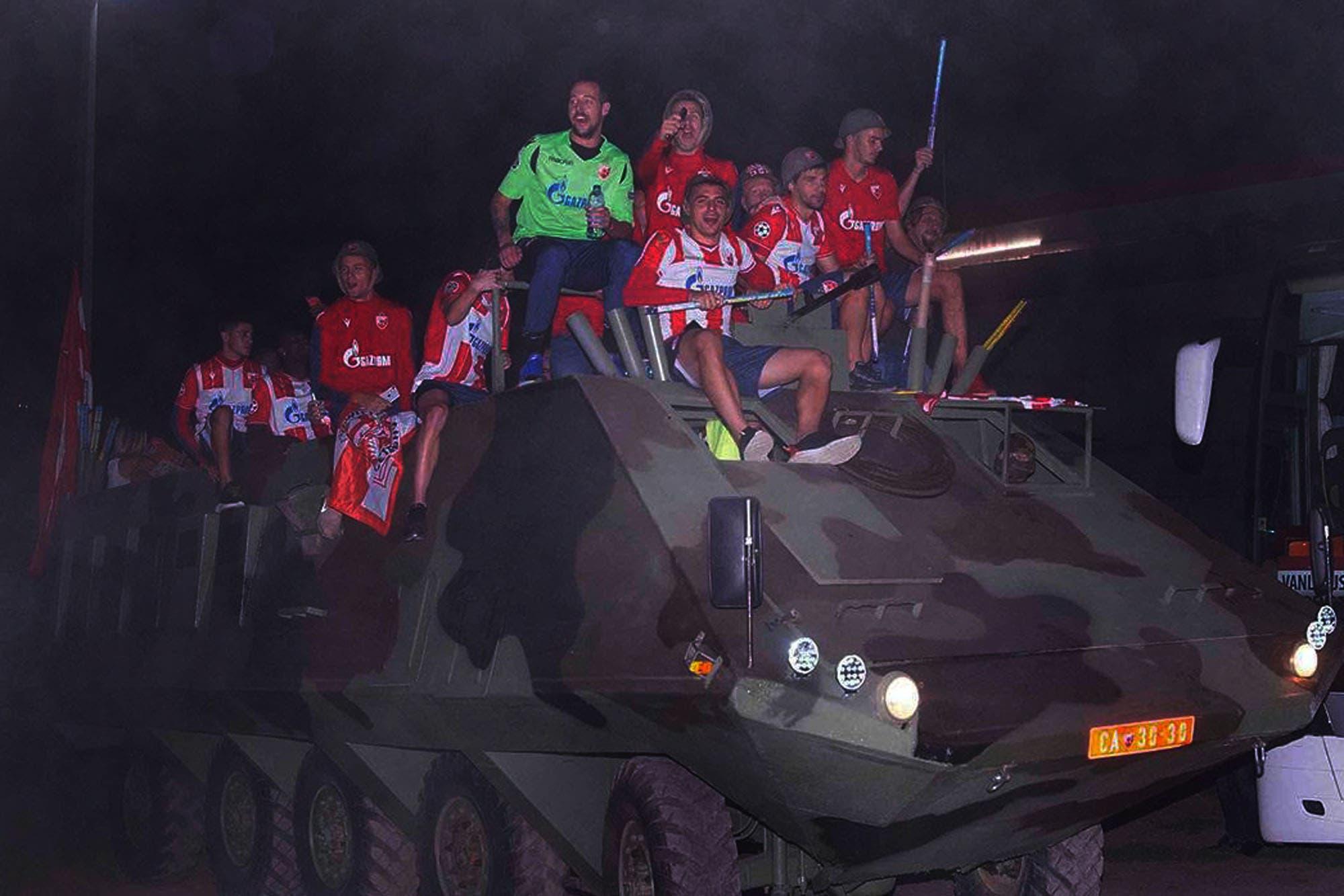Mateo García, el argentino campeón en Estrella Roja, donde los festejos son en un tanque de guerra por las calles