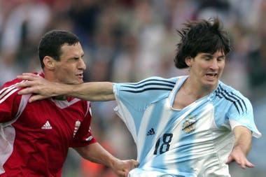 Messi se quita de encima al húngaro Vilmos Vanczák; por esa acción recibió la tarjeta roja en el partido de su debut con la selección ante Hungría
