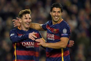 Messi saluda a su amigo Luis Suárez durante un partido de la UEFA, en 2015