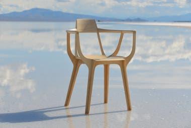 Francisco Gómez Paz en Salinas Grandes en la producción de fotos Eutopia, la silla premiada