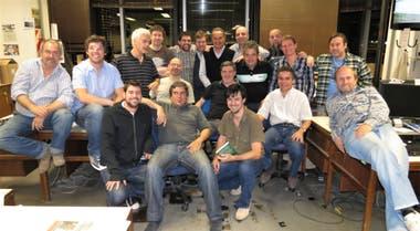 La despedida en la redacción de la calle Bouchard: Tito Travaglini a la derecha, desparramado en un escritorio