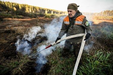 Un activista local extingue un incendio de turba en un bosque de Suzunsky junto al pueblo de Shipunovo, 170 km al sur de la ciudad siberiana de Novosibirsk