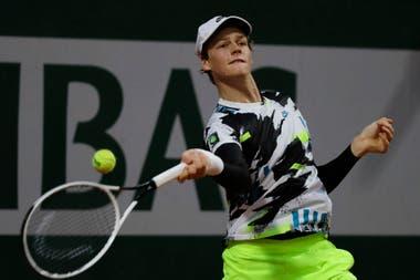 El italiano Jannik Sinner juega un tiro contra el argentino Federico Coria en el partido de la tercera ronda del torneo de tenis Abierto de Francia en el estadio Roland Garros