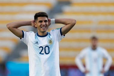 Exequiel Palacios parece lamentarse, pero terminó contento por el cuarto triunfo argentino en once encuentros como visitante de Bolivia.