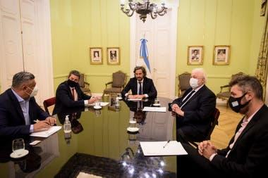Claudio Tapia y Matías Lammens, a la izquierda; Ginés González García y Marcelo Tinelli, a la derecha. En el medio, Santiago Cafiero, jefe de Gabinete.