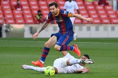 Messsi supera a Casemiro durante el clásico que Barcelona perdió 3-1 ante Real Madrid