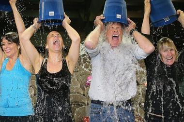 El reto de echarse agua helada encima generó un gran impacto en redes sociales en 2014