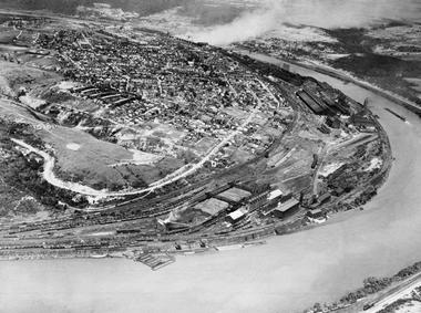 El pueblo industrial de Donora visto desde el aire, con el río Monongahela envolviéndolo, en una foto de 1941 (National Geographic)