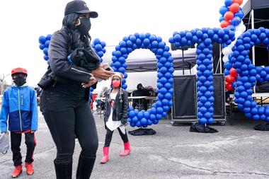 Un voluntario instala una exhibición de globos durante un mitin de votación para los candidatos demócratas al senado Jon Ossoff y Raphael Warnick en Hampton, Georgia, el 2 de enero de 2021