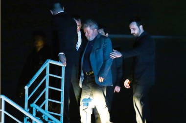 Tras horas de incertidumbre, dejó a pie el sindicato de metalúrgicos en el que estaba atrincherado y fue detenido; lo trasladaron en avión hasta la capital de Paraná, donde empezó a cumplir su condena a 12 años; antes, dio un combativo discurso
