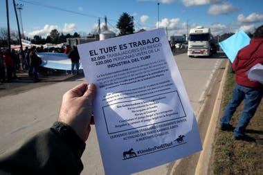 Los manifestantes prepararon folletos explicativos sobre la actividad