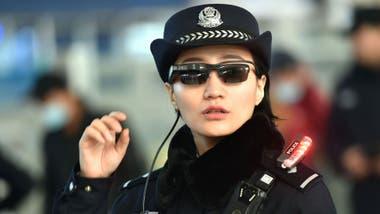 Estas gafas de la policía de China usan un sistema de reconocimiento facial en vivo similar al que está probando Reino Unido.