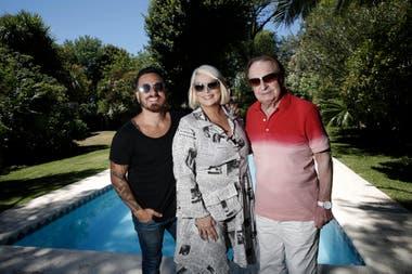 Carmen Barbieri junto a Federico y Santiago Bal. En su casa de los troncos Mar del Plata.