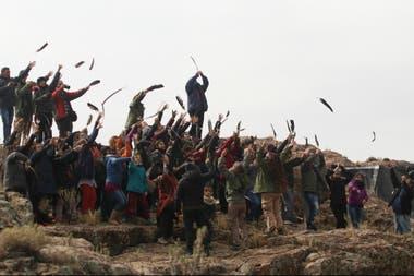 Los estudiantes realizaron una ceremonia de suelta de plumas desde lo alto de la sierra