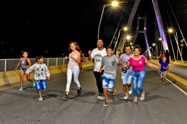 Las familias se apropian del circuito y en algún tramo participan de la fiesta de recibir el año corriendo
