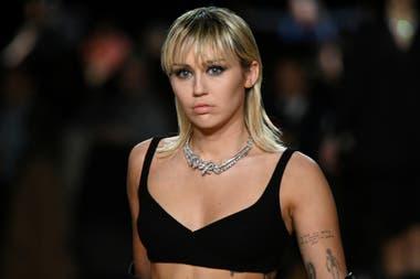Miley Cyrus coquetea un rato con la moda, al desfilar en la presentación de la nueva colección 2020 del diseñador Marc Jacobs que se realizó en Nueva York