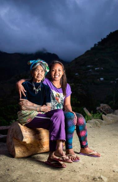 Whang Od con Grace Palicas, una de sus sucesoras.