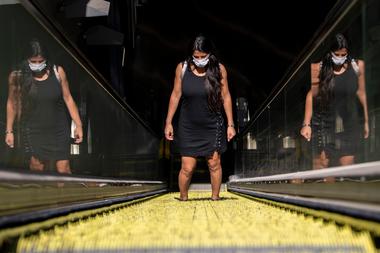 Una pasajera lleva un barbijo cuando sale de una estación de metro, en Santiago, el 2 de abril de 2020