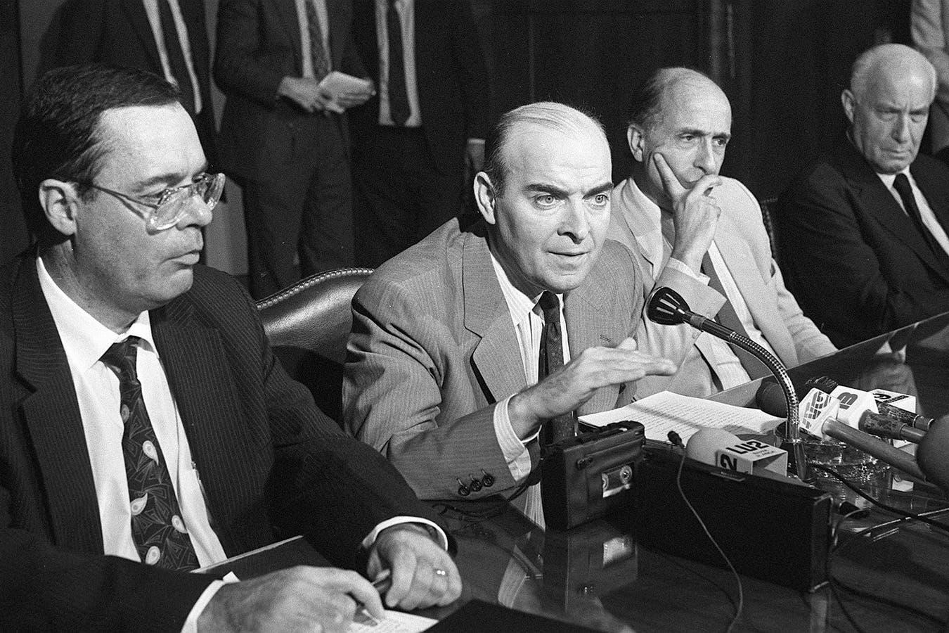 Domingo Cavallo, cuando era ministro de Economía, acompañado por el entonces presidente del Banco Central, Roque Fernández (1991)