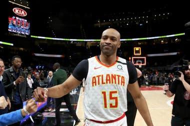 Carter recibe saludos hasta de los rivales en el que termina siendo, sin que él lo sepa, el último partido de su carrera de 22 años en la NBA; su último tiro acertado fue un triple, que no alcanzó para evitar una derrota a manos de New York Knicks.