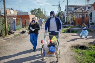 Jesi y Enzo recorren el barrio buscando los recipientes