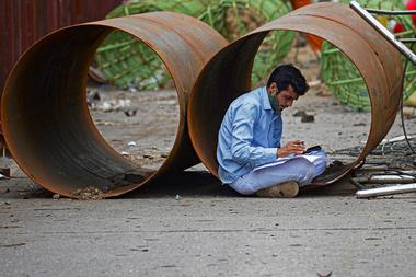 Las autoridades del estado de Maharashtra, cuya capital es Bombay, estiman que el 80% de los obreros de la construcción dejaron la capital financiera