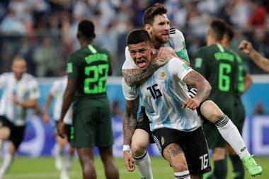 Marcos Rojo festeja con Messi el gol a Nigeria, en el Mundial de Rusia 2018