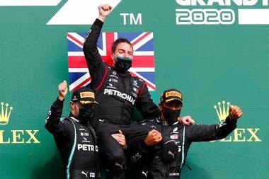 Un equipo: Valtteri Bottas, el jefe de ingenieros Andrew Shovlin y Lewis Hamilton, celebran el 1-2 de Mercedes en el Gran Premio de Bélgica