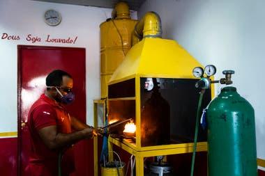 Un trabajador derrite el oro en una tienda de Itaituba