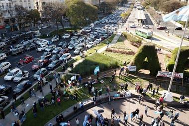 Los autos llegan al banderazo del 19S en el Obelisco