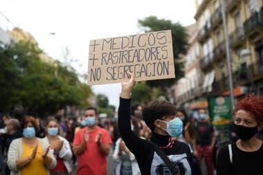 Una manifestación en contra de las medidas restrictivas del gobierno, ayer, en el barrio de Vallecas, en Madrid.