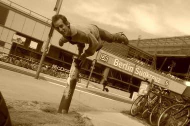 Mayurasana, una postura clásica del yoga, en Berlín
