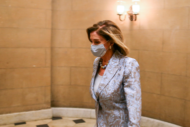 La presidenta de la Cámara de Representantes, Nancy Pelosi, llega al Capitolio de Estados Unidos el 3 de enero de 2021 en Washington, DC